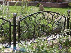 Кованые ограды на кладбище